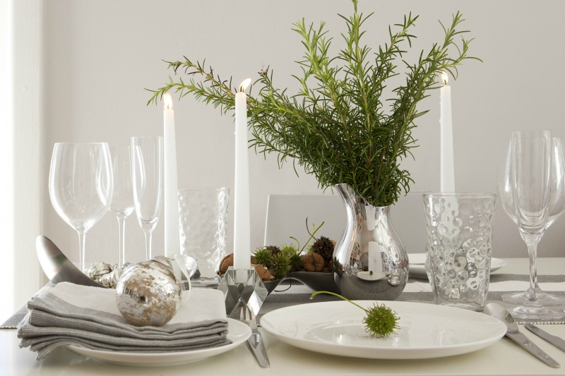 Christmas dinner table setting via WeeBirdy.com