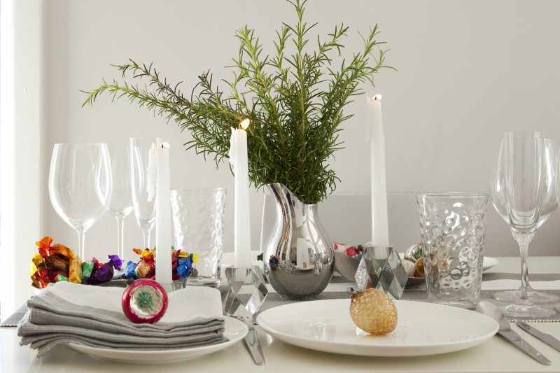 Christmas table setting via WeeBirdy.com