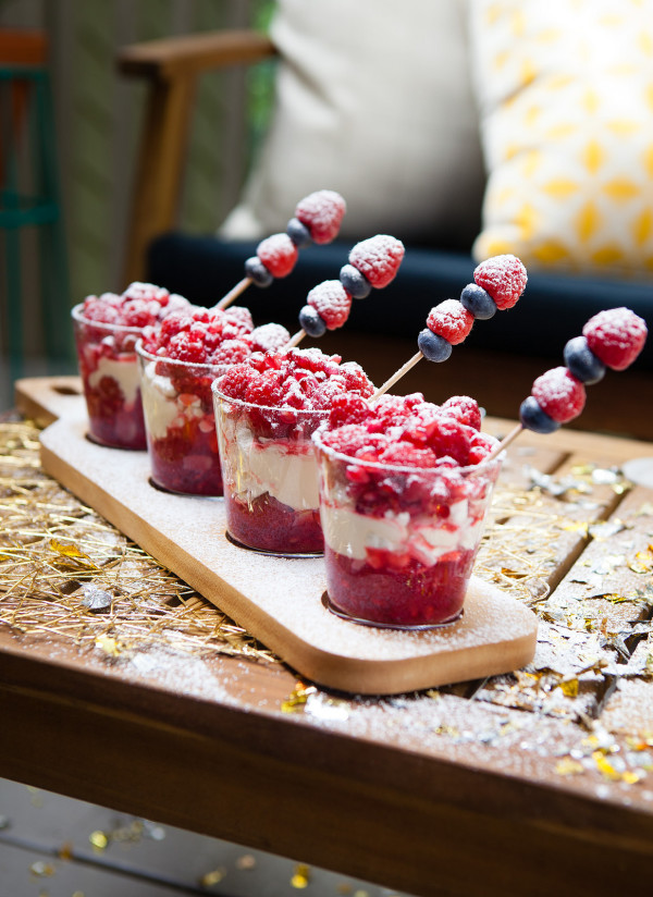 This incredible-looking dessert is actually ridiculously easy to make! Christmas entertaining at home with Wee Birdy, via WeeBirdy.com.