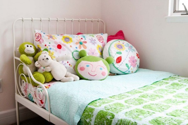 Shared girls' bedroom via Apartment Therapy.