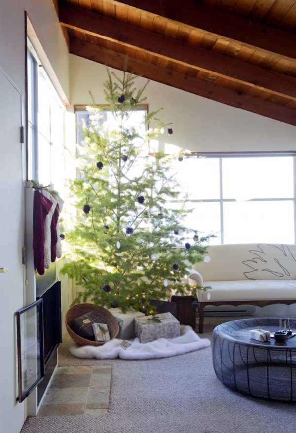 Nordic-style Christmas tree setting via Poppytalk.